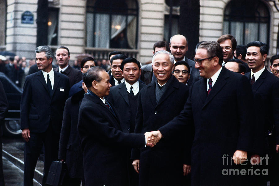 Henry Kissinger And Le Duc Tho Shaking Photograph by Bettmann