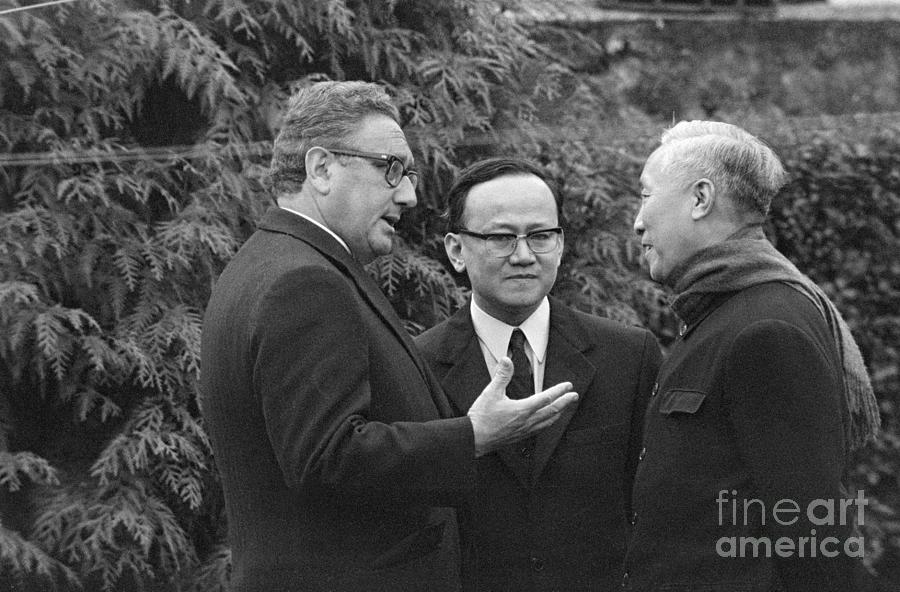 Henry Kissinger Talking With Le Duc Tho Photograph by Bettmann