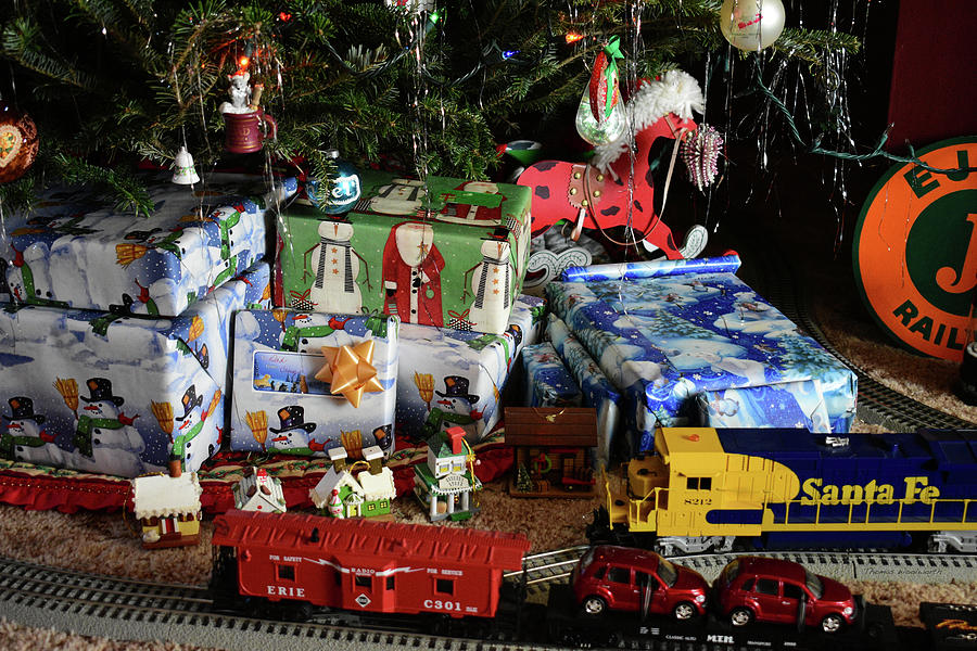 Thomas The Train Christmas Tree.Holiday Presents With Lionel Train Engine Around The Tree 2017 01