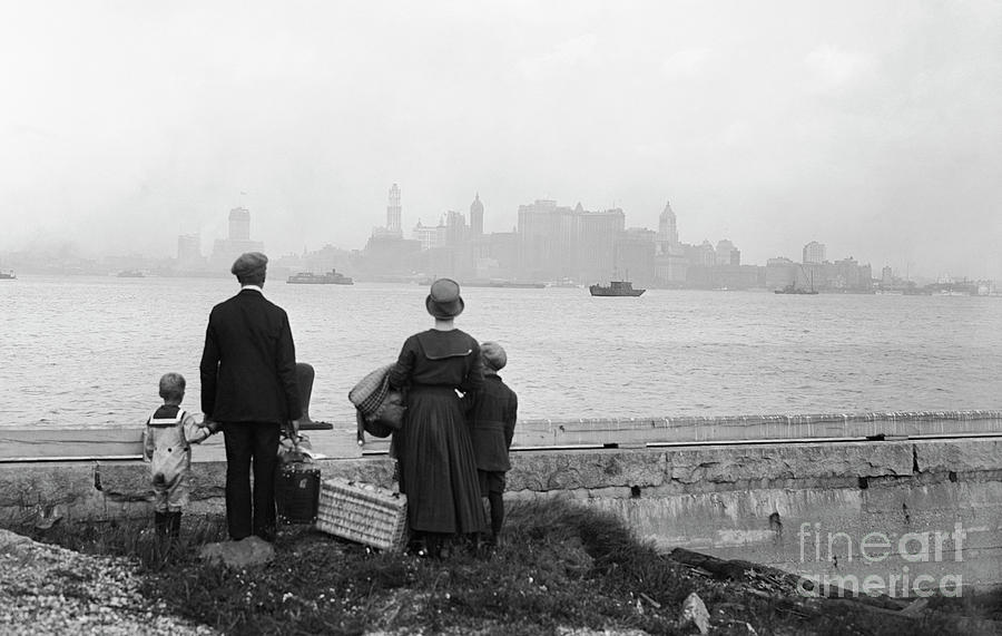 Immigrant Family Looking At New York Photograph by Bettmann