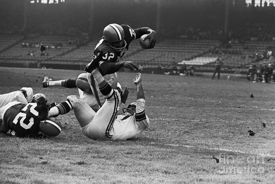 Jim Brown Diving For Touchdown Photograph by Bettmann