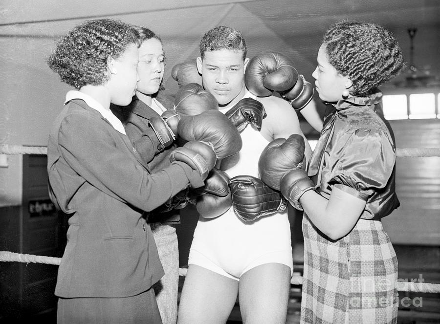 Joe Louis With Sisters In Boxing Ring Photograph by Bettmann
