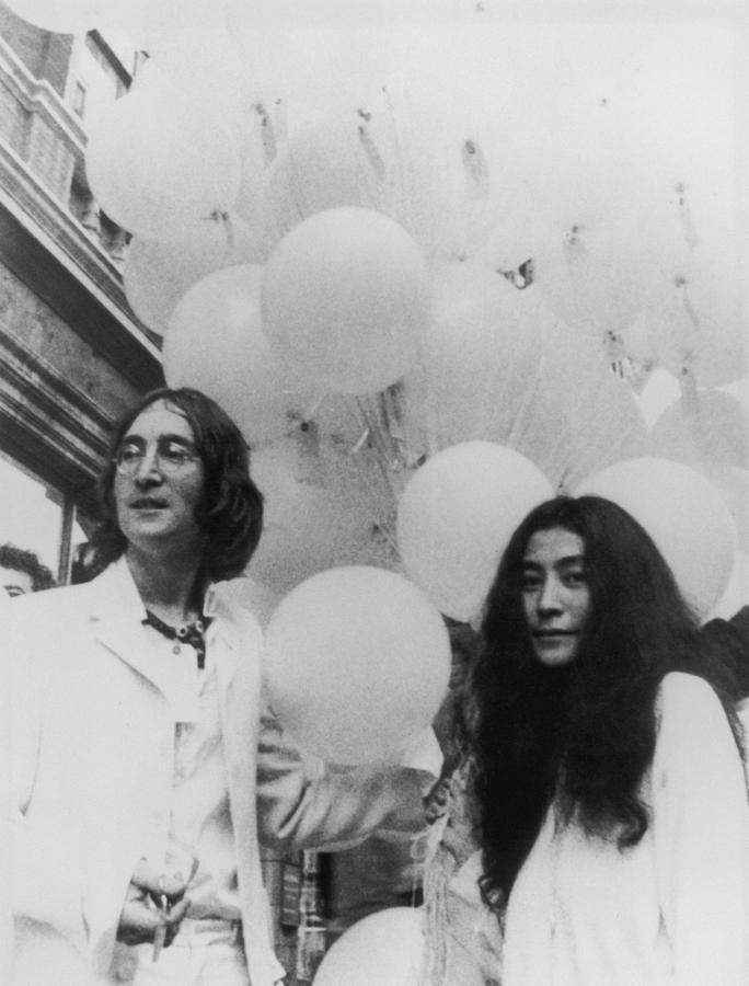 John, Yoko And Balloons Photograph by Keystone Features