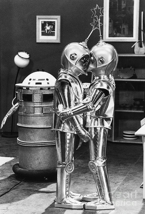Kissing Robots Photograph by Bettmann