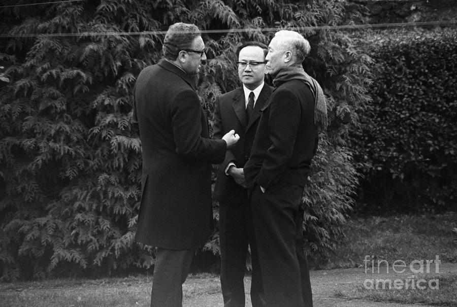 Kissinger And Le Duc Tho Talk Photograph by Bettmann