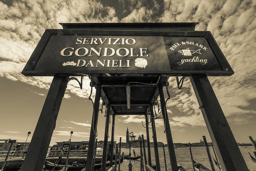 La gondola by John Lattanzio