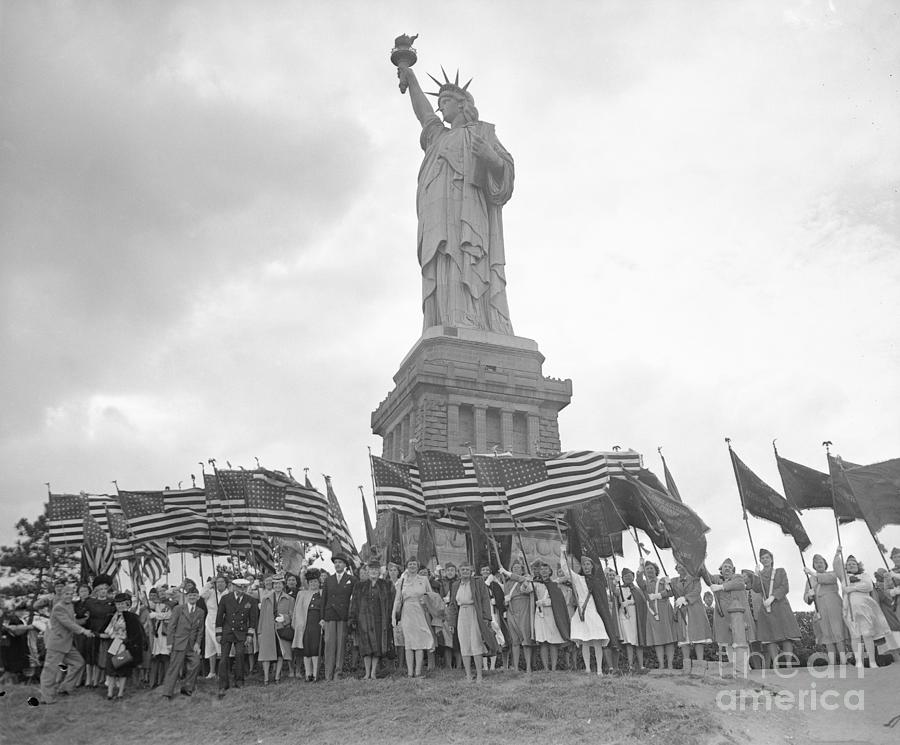 Large Crowd Standing At Base Of Statue Photograph by Bettmann