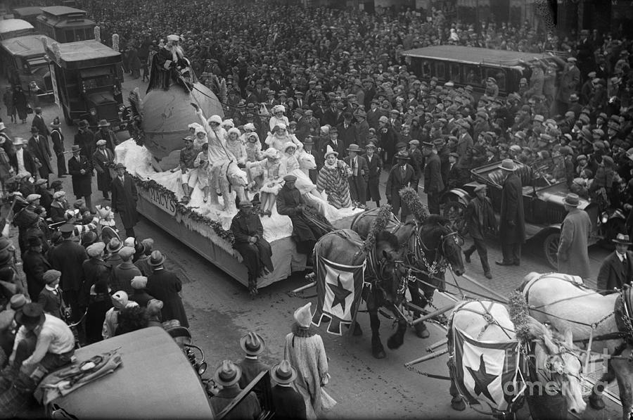 Macys Thanksgiving Day Parade In New Photograph by Bettmann