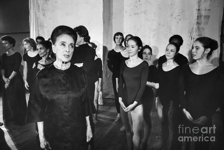Martha Graham With Dance Company Members Photograph by Bettmann
