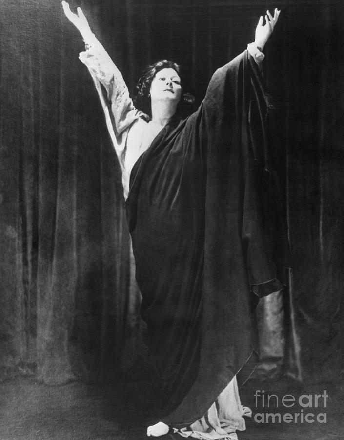 Modern Dancer Isadora Duncan Photograph by Bettmann