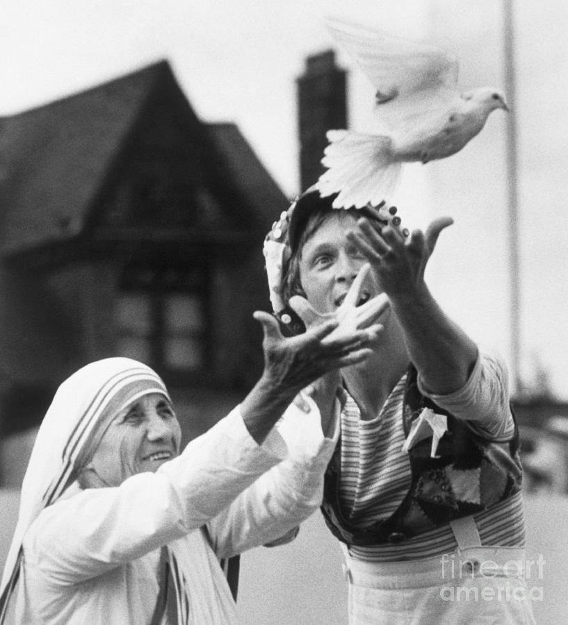 Mother Teresa Releasing Peace Dove Photograph by Bettmann