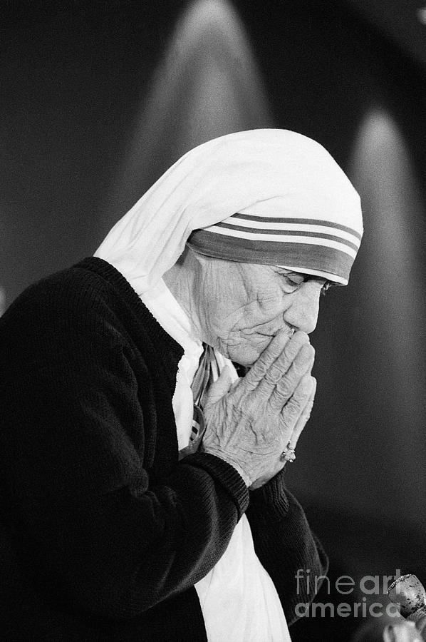 Mother Teresa With Folded Hands At Event Photograph by Bettmann