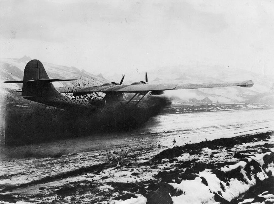 Muddy Landing Photograph by Hulton Archive
