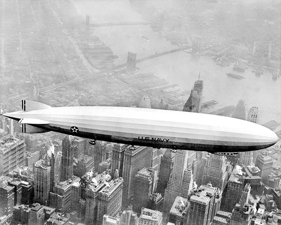 navy-dirigible-los-angeles-flying-over-new-york-daily-news-archive.jpg