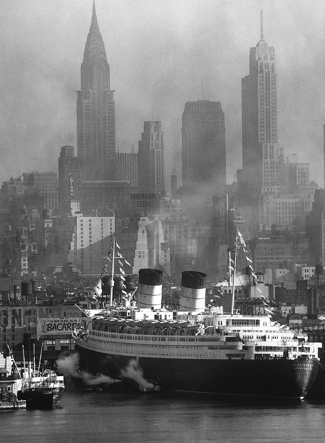 Ocean Liner Queen Elizabeth Sailing In Photograph by Andreas Feininger