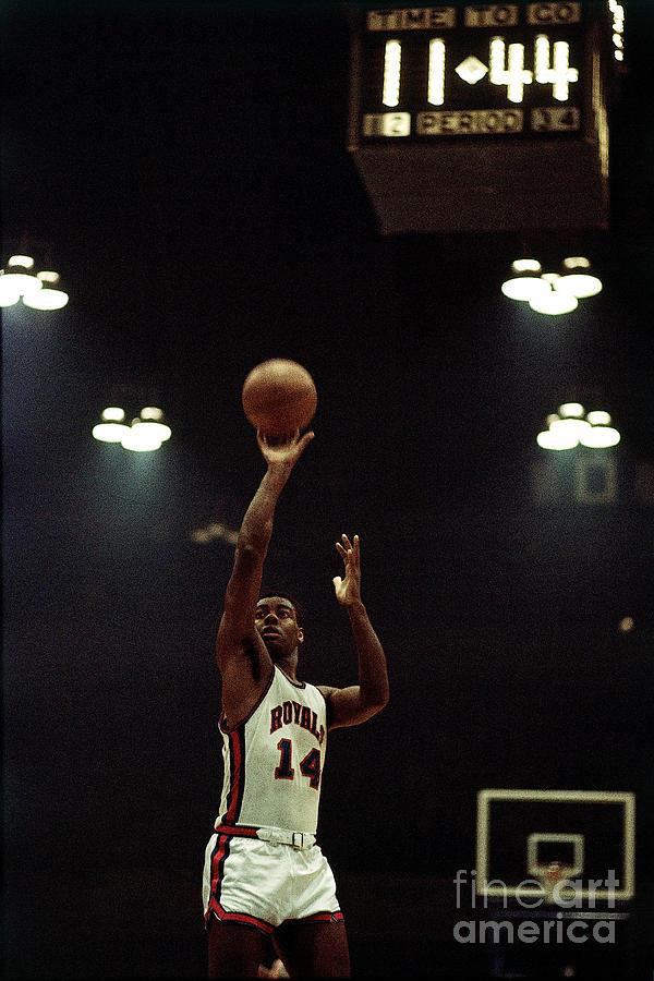 Oscar Robertson Jumpshot Photograph by Walter Iooss Jr.