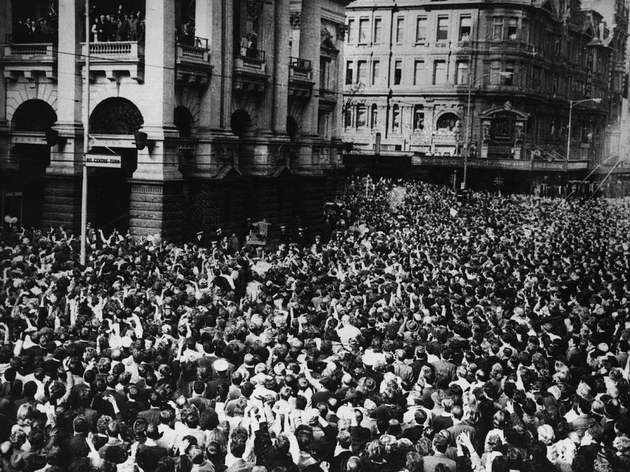 Oz Beatles Crowd Photograph by Central Press