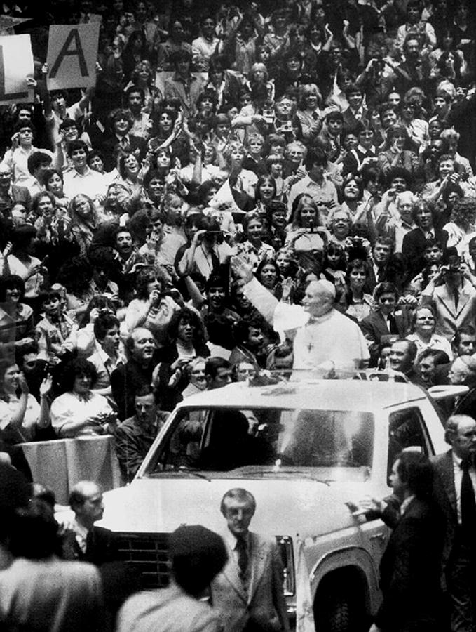 Pope Paul Greets Students At Madison Photograph by New York Daily News Archive