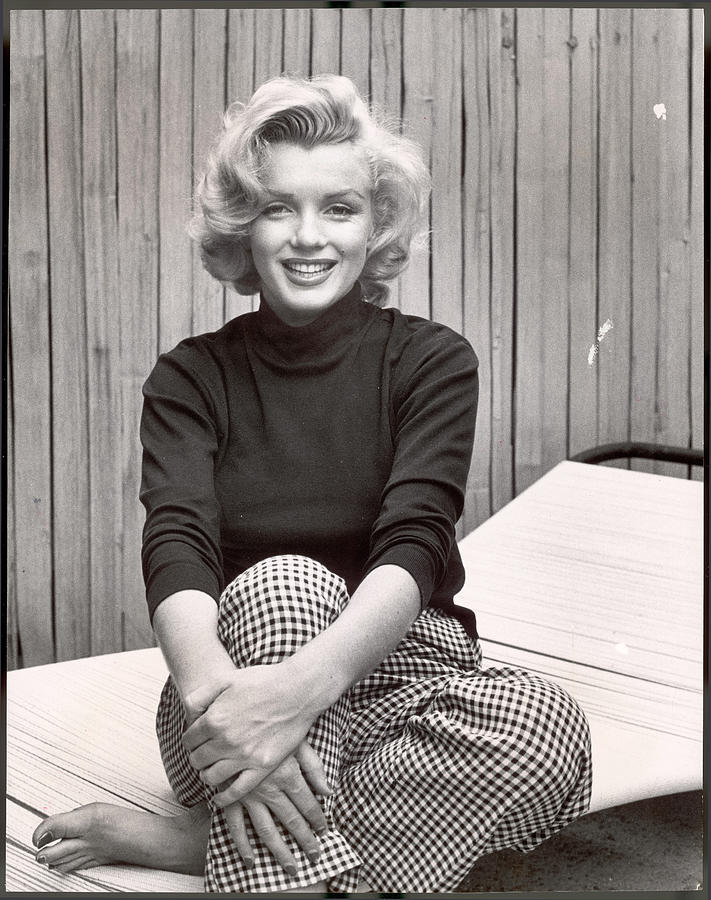 The United States of the Solar System, A.D. 2133 (Book Ten) - Page 32 Portrait-of-marilyn-monroe-at-home-alfred-eisenstaedt