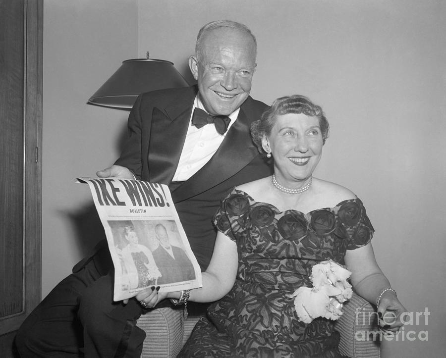 Pres.eisenhower And Wife With Paper Photograph by Bettmann