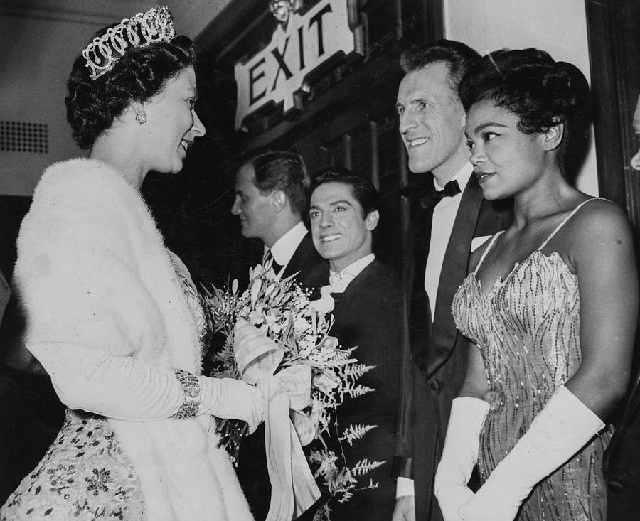 https://images.fineartamerica.com/images/artworkimages/mediumlarge/2/queen-elizabeth-ii-and-eartha-kitt-paul-popperpopperfoto.jpg