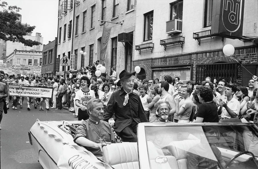 Quentin Crisp On Gay Pride Day Photograph by Fred W. McDarrah