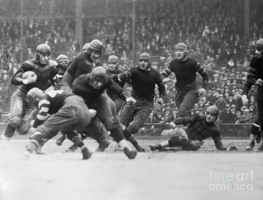 Red Grange Breaking Through A Defensive Photograph by Bettmann
