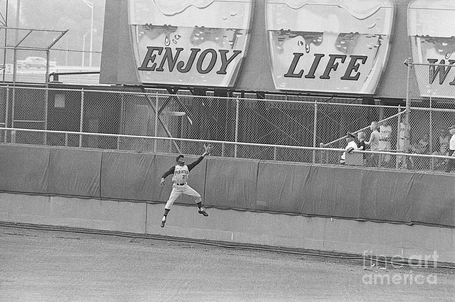 Roberto Clemente Catching Ball Photograph by Bettmann