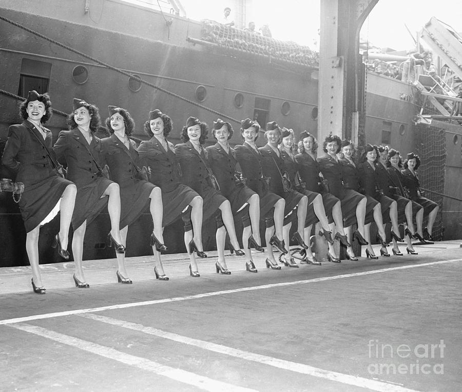 Rockettes Tour With Uso In Line Photograph by Bettmann