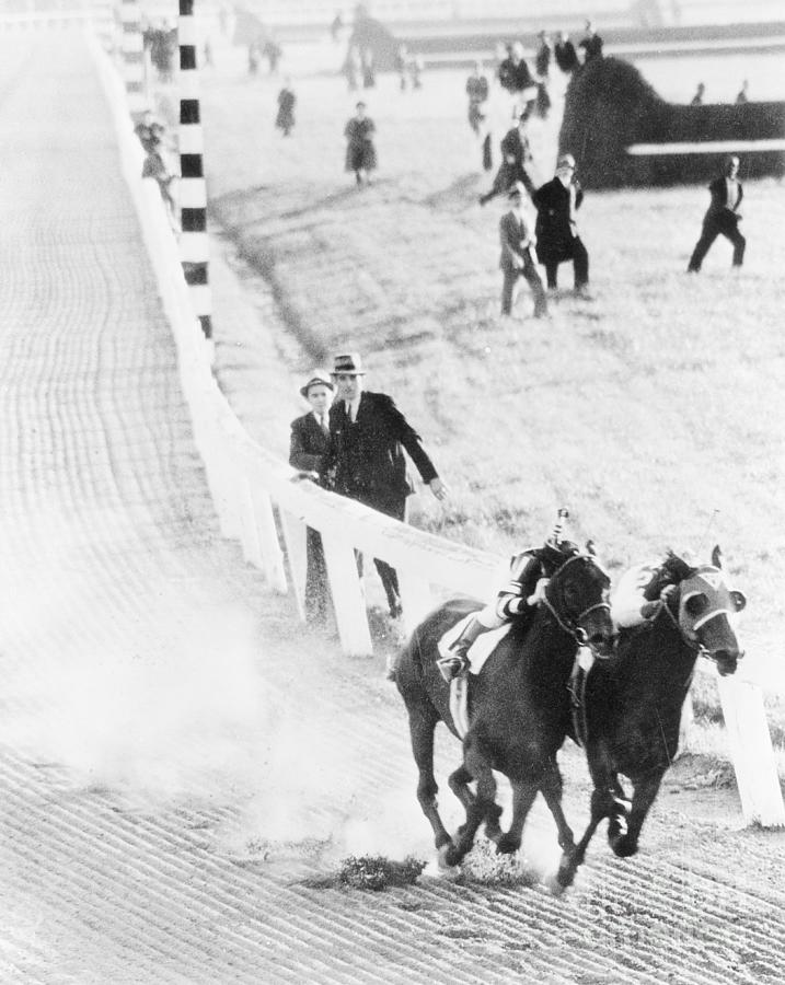 Seabiscuit And War Admiral Racing Photograph by Bettmann