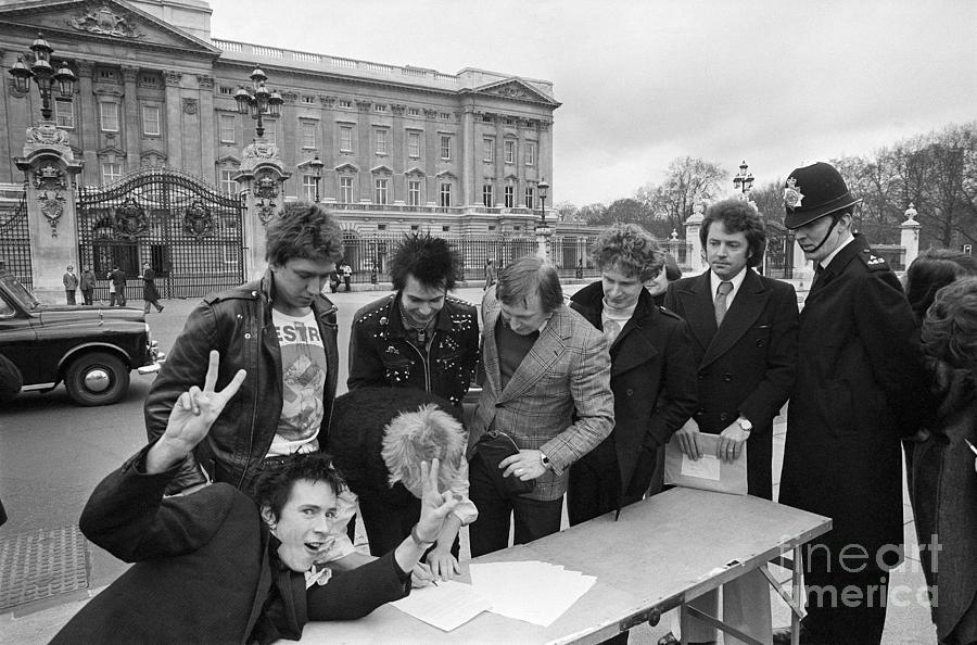 Sex Pistols Outside Buckingham Palace Photograph by Bettmann
