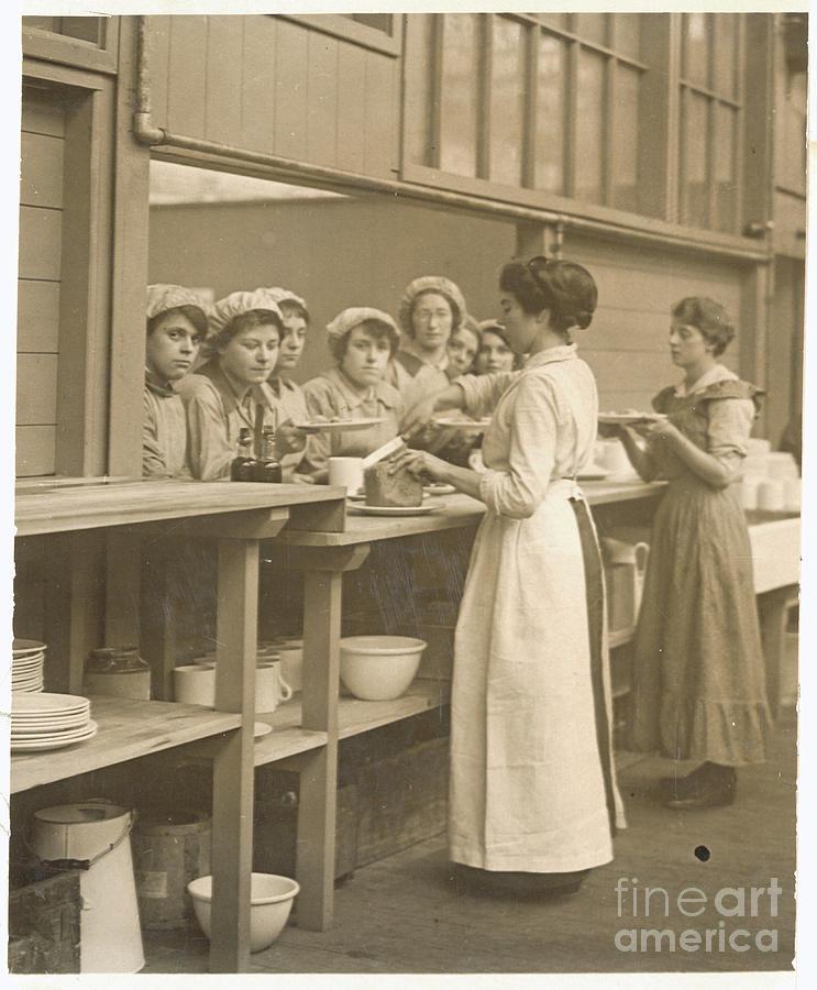 Shell Girls Serving Lunch Photograph by Bettmann