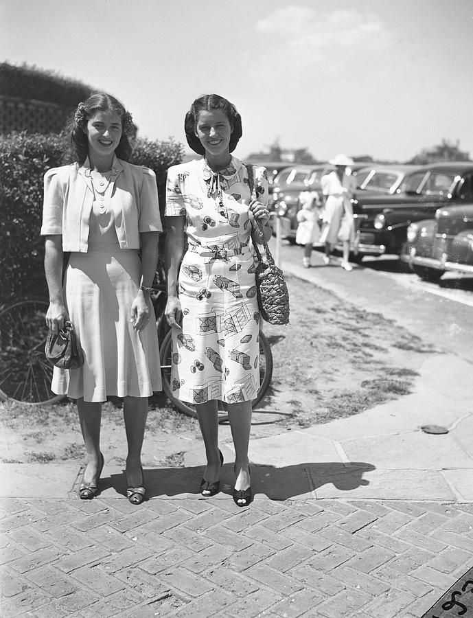 Sisters Anne Murray & Marie Harris Photograph by Bert Morgan