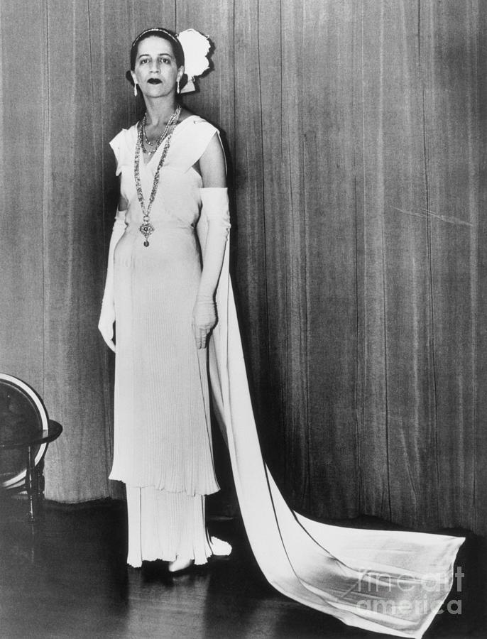 Socialite Wearing Gown For Buckingham Photograph by Bettmann