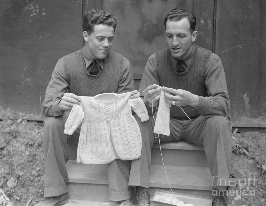 Soldiers Knitting Photograph by Bettmann