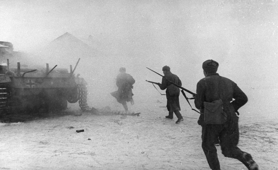 Soviet Counter-attack Photograph by Hulton Archive