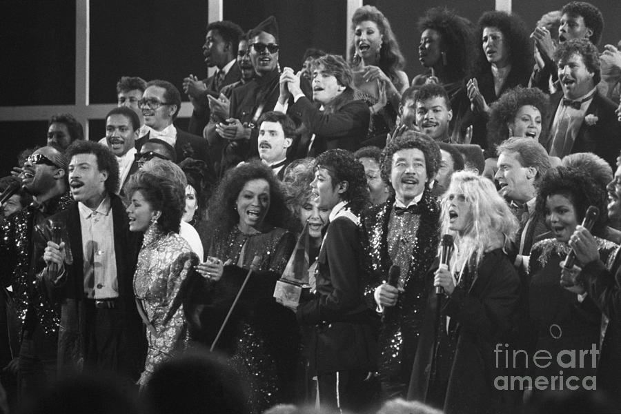 Stars Singing At Awards Show Photograph by Bettmann
