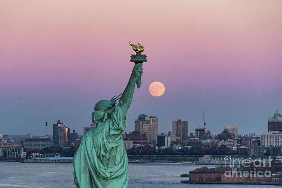 Statue In City At Night Photograph by Zachary Zirlin / Eyeem