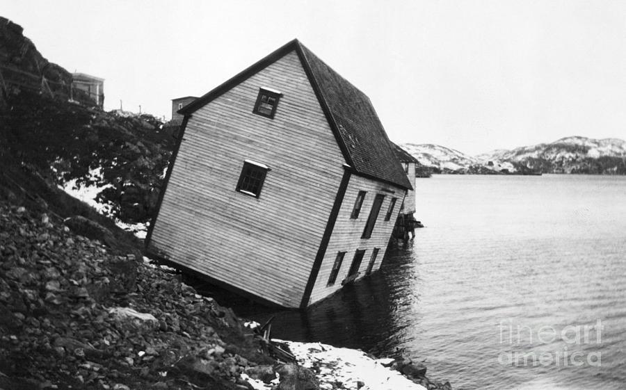 Store Falling Into Ocean Photograph by Bettmann