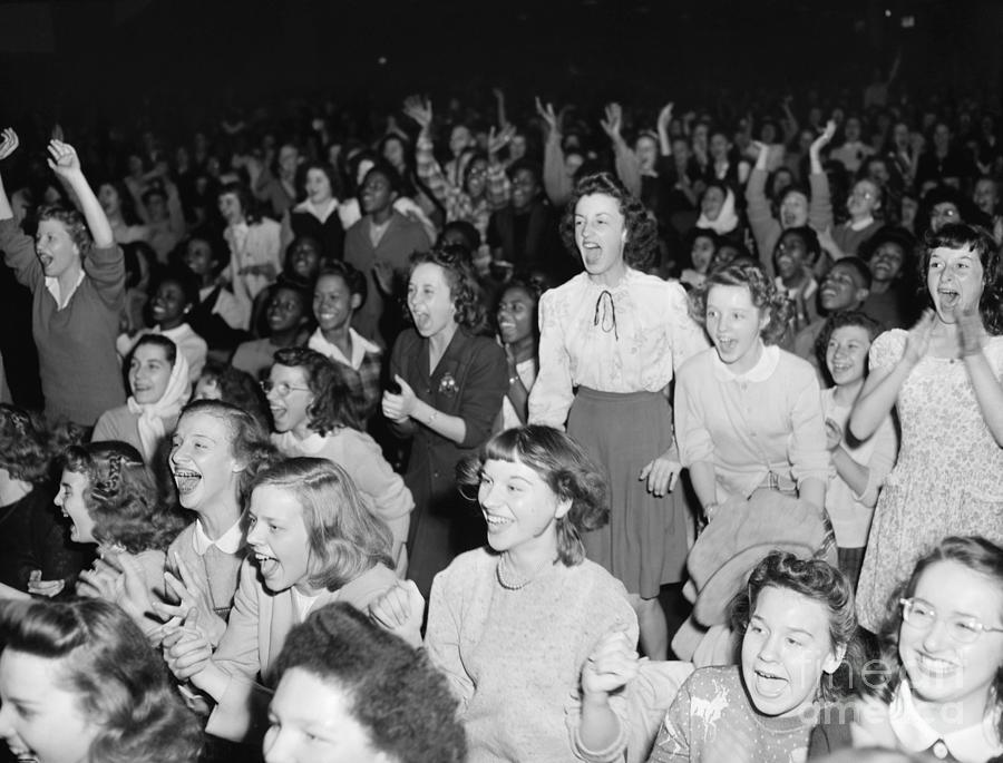Students Cheer As Frank Sinatra Sings Photograph by Bettmann
