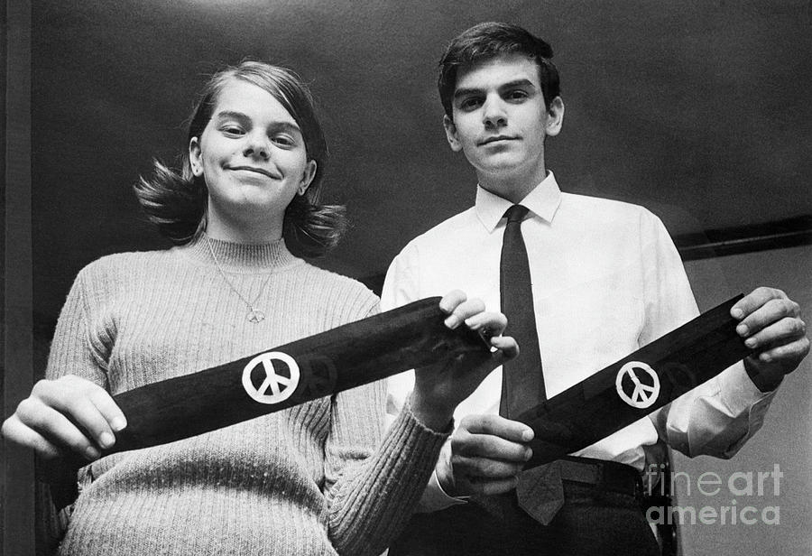 Students Hold Peace Arm Bands Photograph by Bettmann