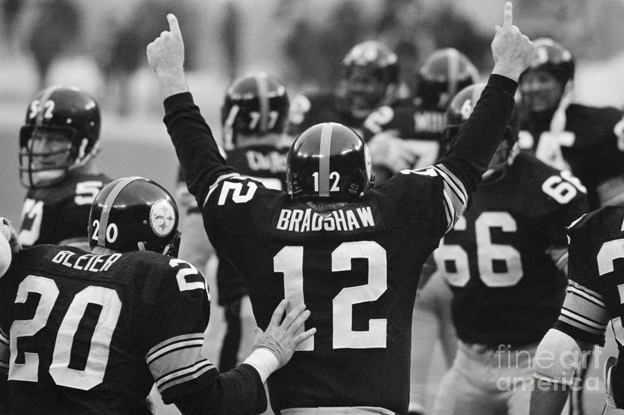 Terry Bradshaw With Arms Raised Photograph by Bettmann