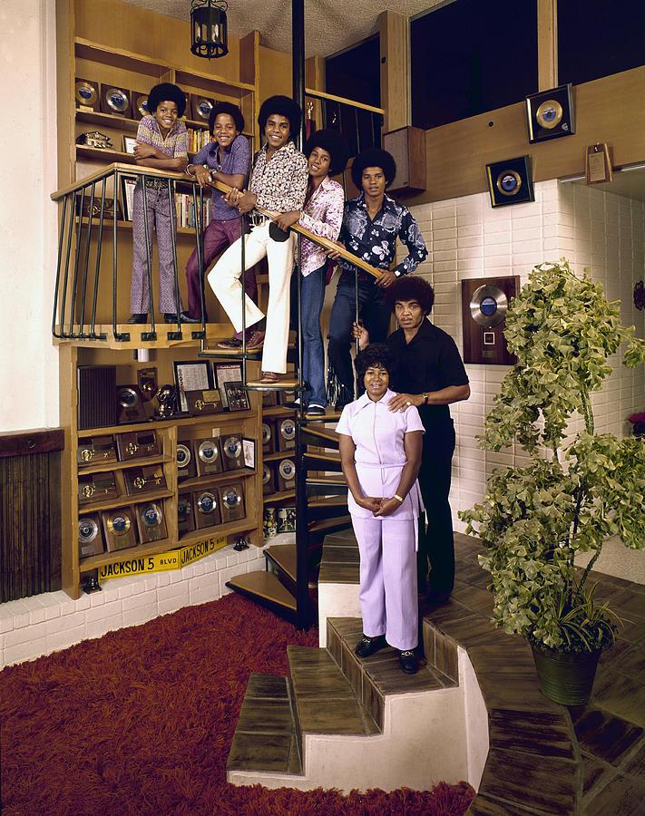 The Jackson Five & Their Parents Photograph by John Olson