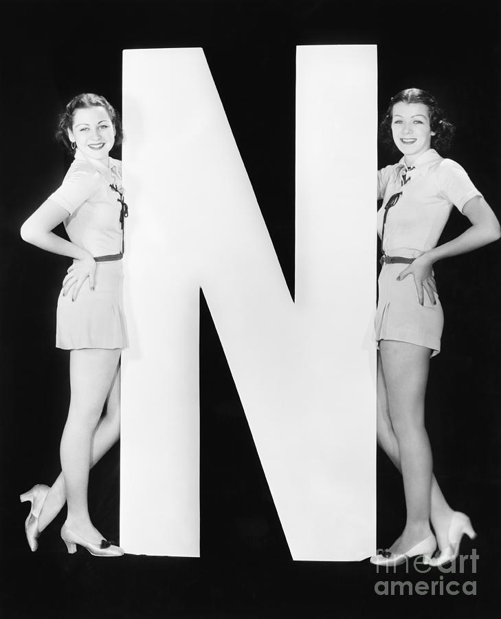 Testimonial Photograph - Two Women With Huge Letter N by Everett Collection