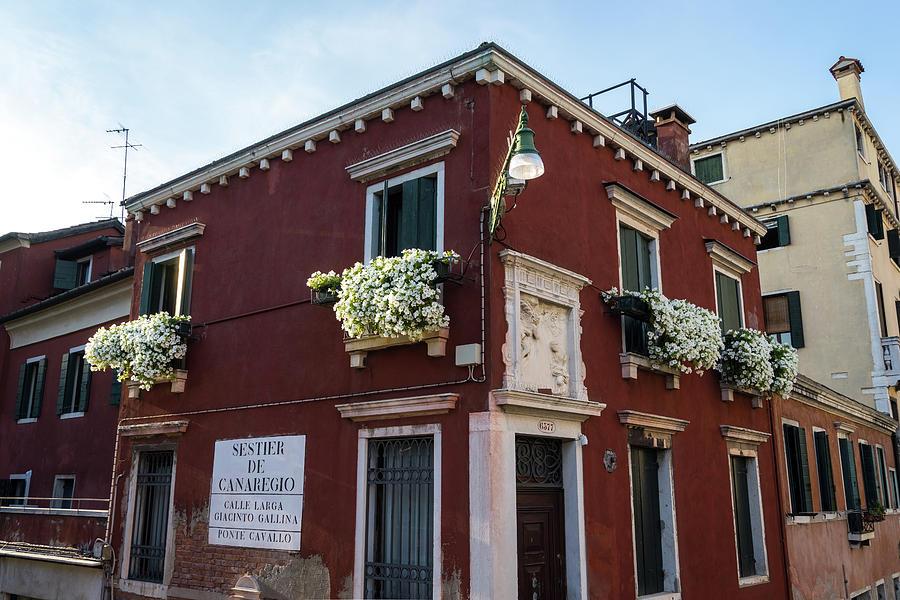 Vivid Venetian Accents - Corner House on Calle Larga Giacinto Gallina in Sestier de Canaregio by Georgia Mizuleva