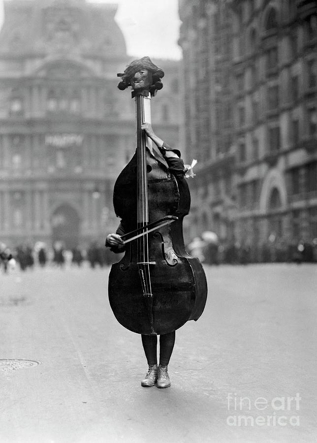 Walking Violin In Philadelphia Mummers Photograph by Bettmann