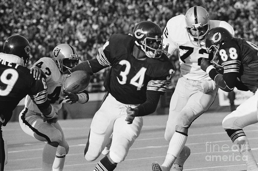Walter Payton Eludes Oakland Raiders Photograph by Bettmann