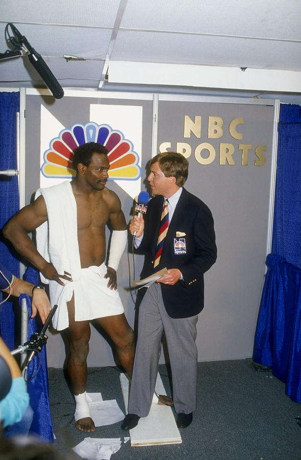 Walter Payton Talks To Reporter Bob Photograph by Mike Powell