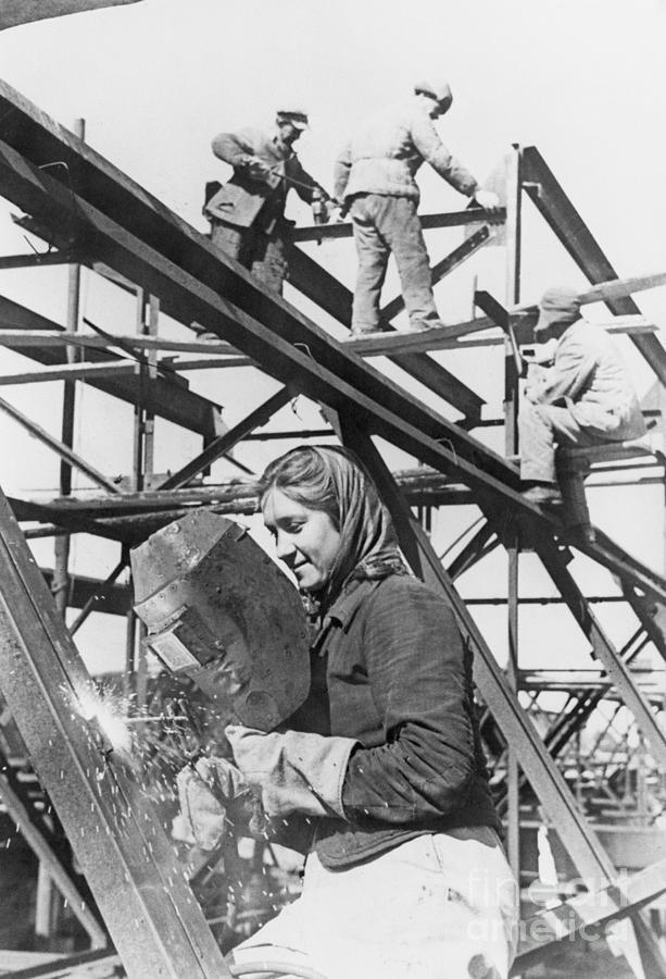 Woman Construction Worker Photograph by Bettmann