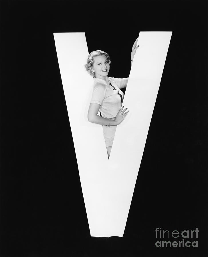 Testimonial Photograph - Woman In Middle Of Huge Letter V by Everett Collection